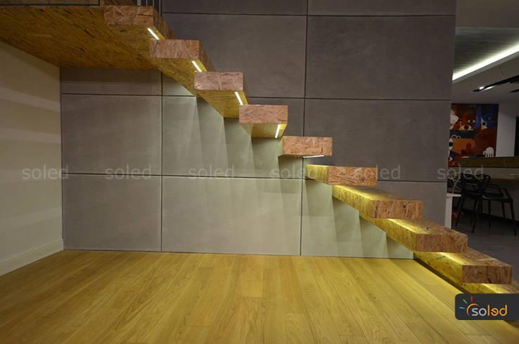 Wiszące schody z oświetleniem LED – SOLED: styl , w kategorii Korytarz, przedpokój zaprojektowany przez SOLED Projekty i Dekoracje Świetlne Jacek Solka,Nowoczesny
