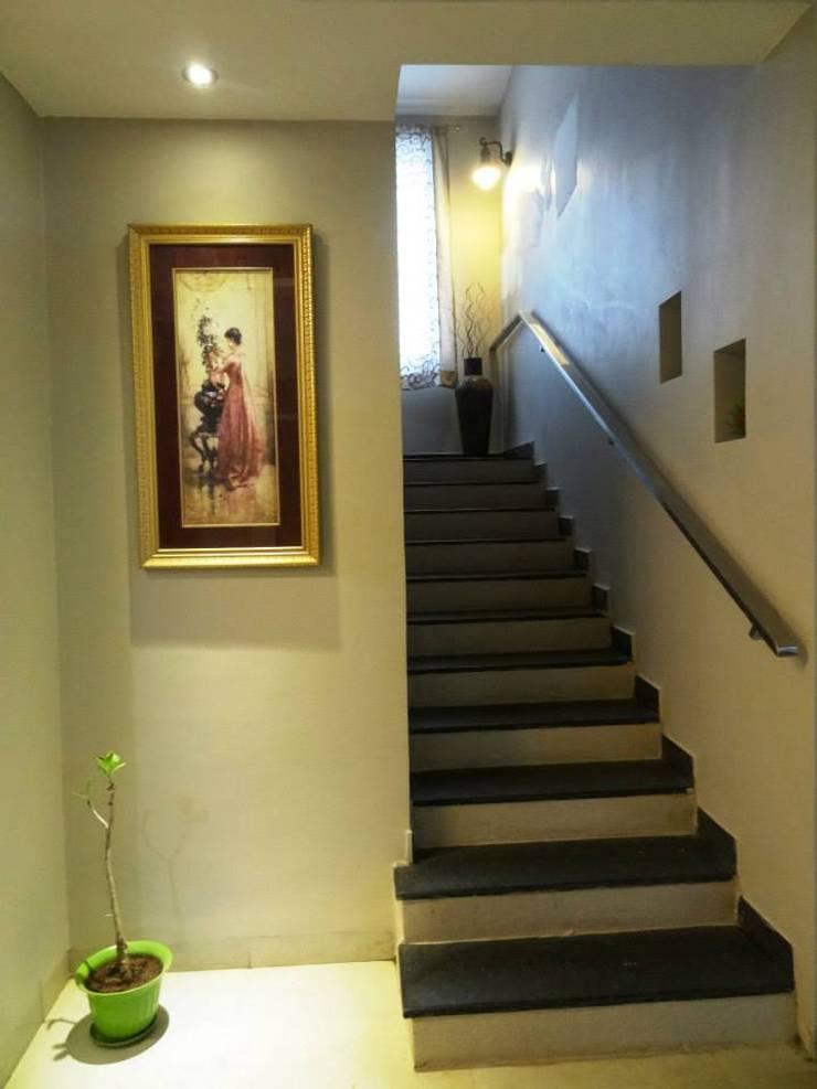 A cozy cottage feel Home.:  Corridor & hallway by Freelance Designer