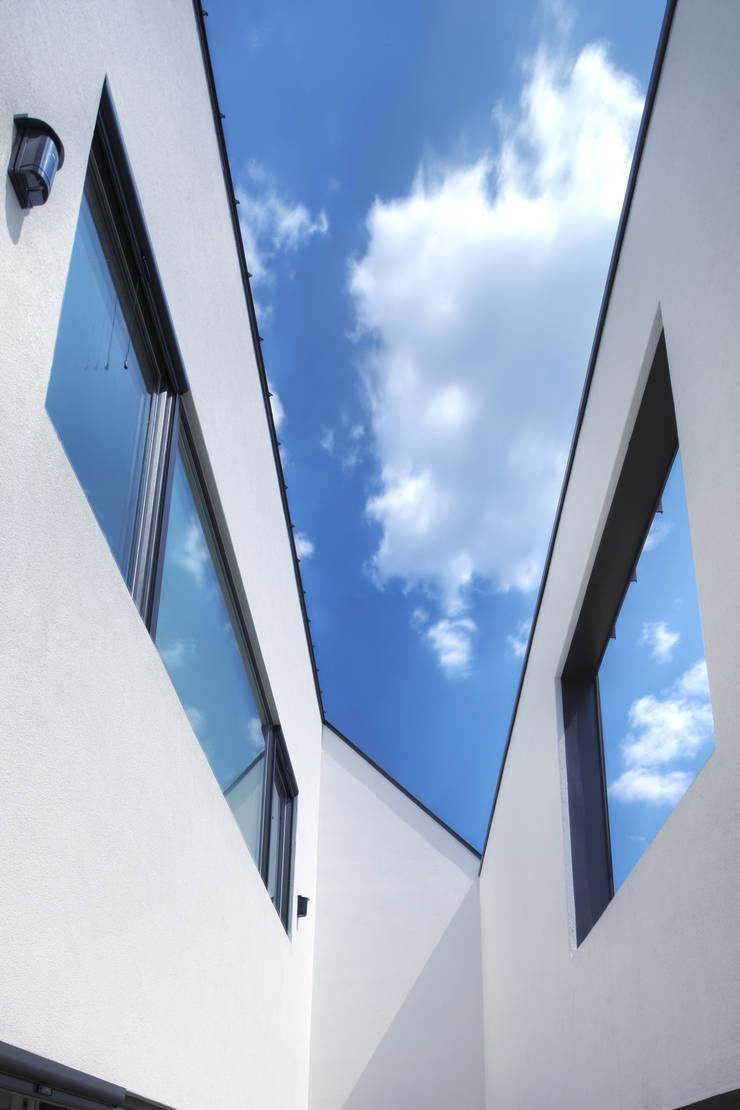 One Roof House: mlnp architects의  베란다