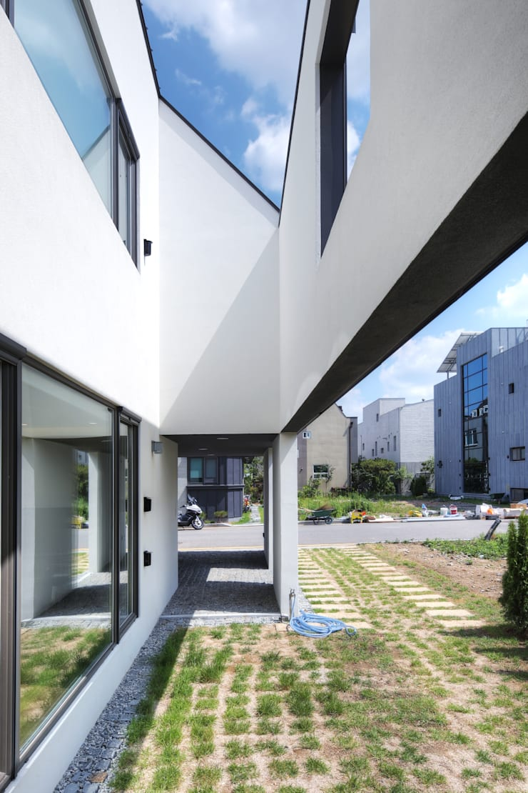 One Roof House: mlnp architects의  베란다