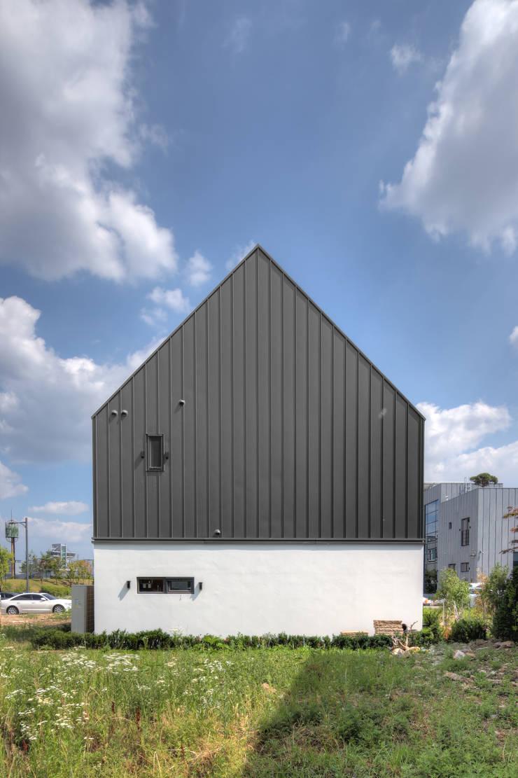 One Roof House: mlnp architects의  주택,모던