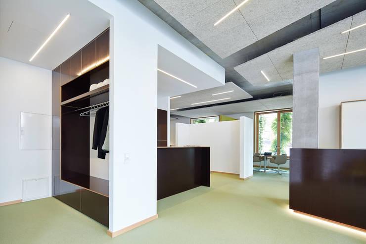 Garderobe/Empfangsbereich:  Bürogebäude von DOMANI INTERIOR