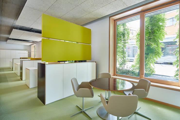 Kleine-Besprechung:  Bürogebäude von DOMANI INTERIOR