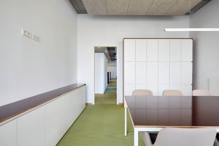 Besprechung:  Bürogebäude von DOMANI INTERIOR