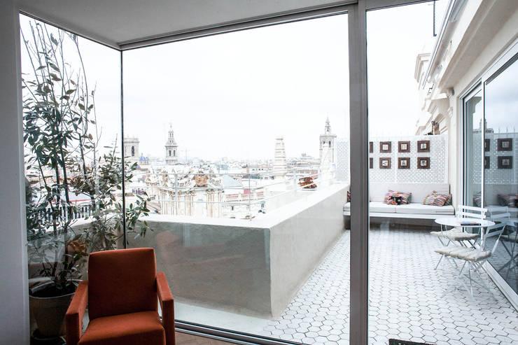 PQ Apartment: Terrazas de estilo  de Singularq Architecture Lab