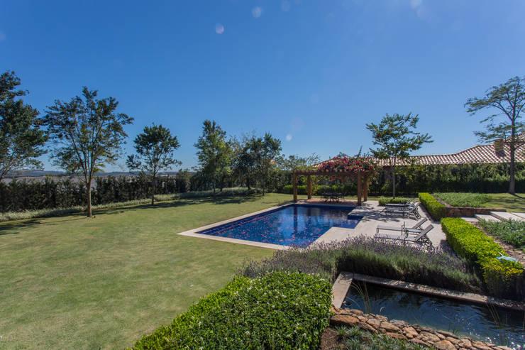 Casa de Campo: Jardins  por Luciana Moraes Paisagismo,Clássico