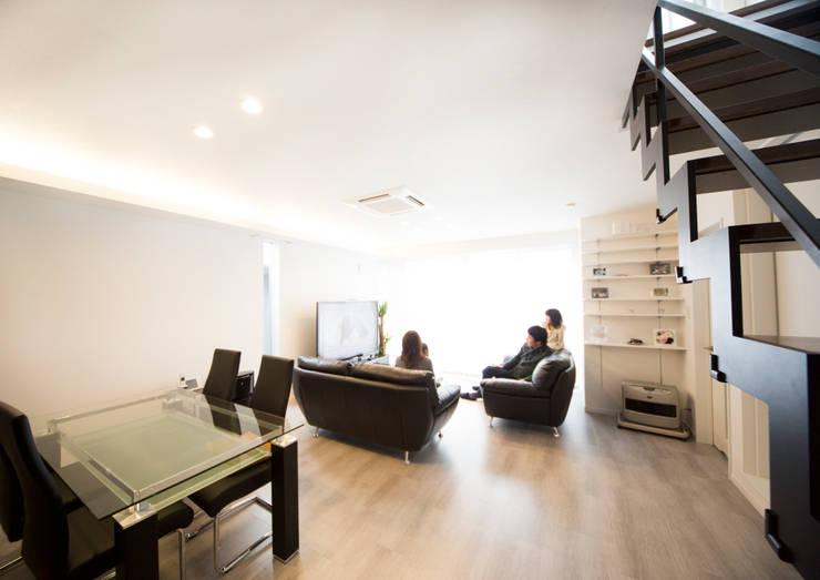 シックな色合いで統一されたリビング: ナイトウタカシ建築設計事務所が手掛けたリビングです。
