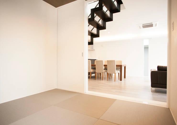 スタイリッシュな雰囲気に溶け込むような和室コーナー: ナイトウタカシ建築設計事務所が手掛けたリビングです。