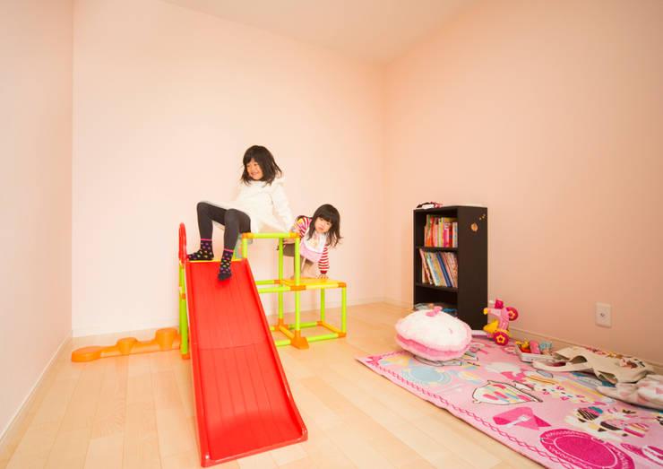 優しい色合いで構成された子供室: ナイトウタカシ建築設計事務所が手掛けた子供部屋です。