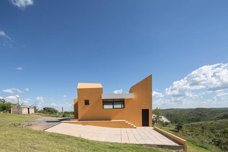 Casa Popsonics - Lab 606 Arquitetos: Casas  por Joana França