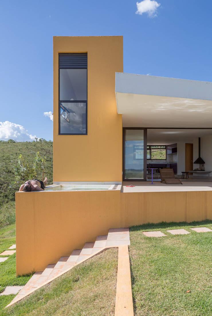 Casa Popsonics - Lab 606 Arquitetos: Piscinas  por Joana França