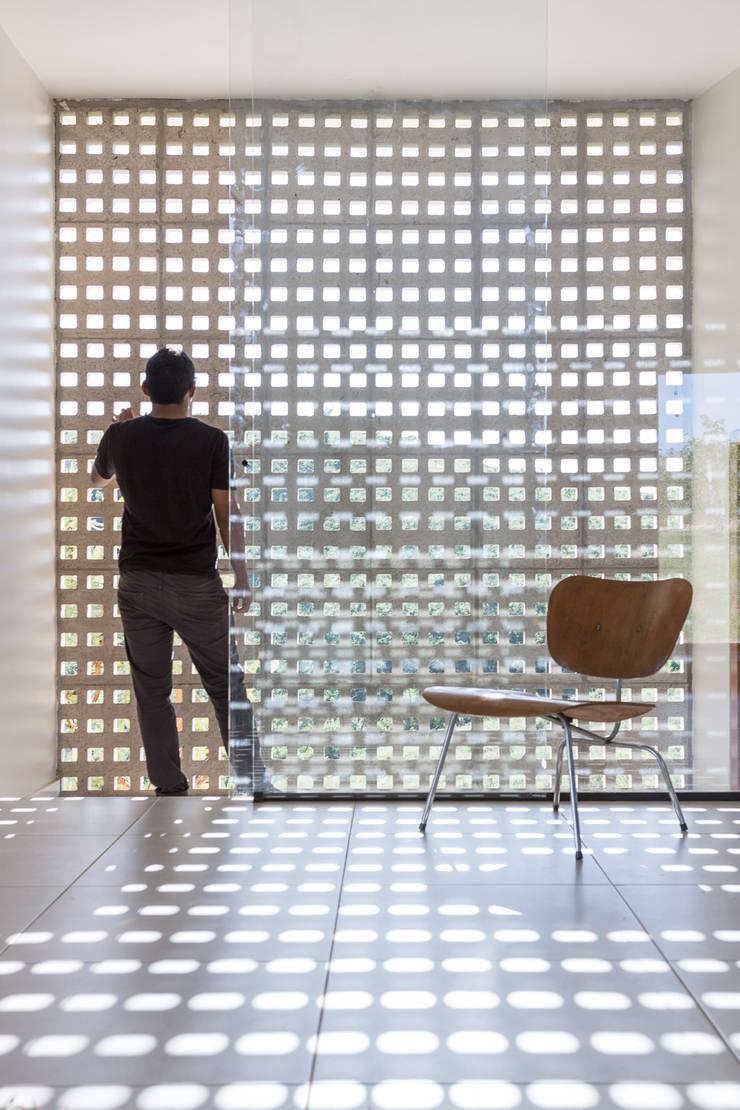 Casa Popsonics - Lab 606 Arquitetos: Paredes  por Joana França