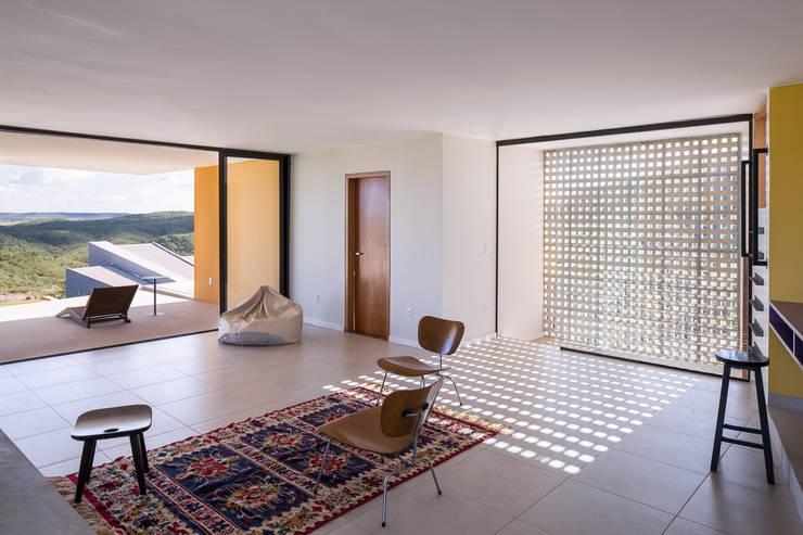 Casa Popsonics - Lab 606 Arquitetos: Salas de estar  por Joana França