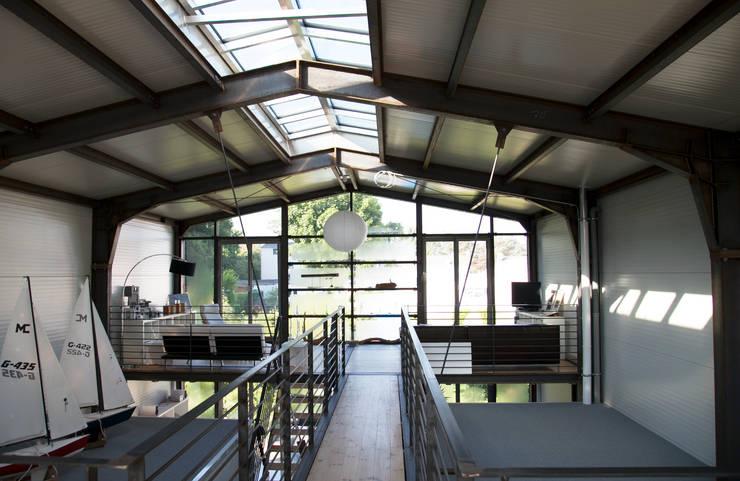 """Wohnhaus """"STAHL"""" - Konzept ohne Dogma: industriale Wohnzimmer von buttler architekten"""