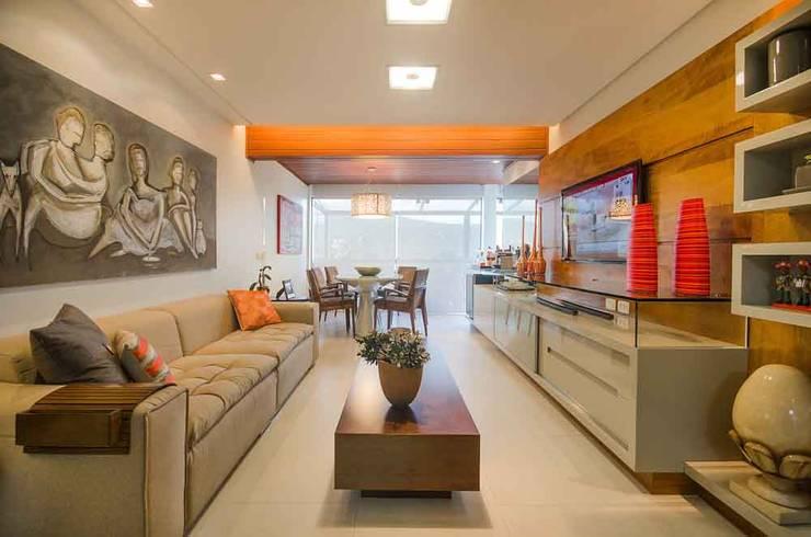 Sala do Flat: Salas de estar  por arqMULTI,