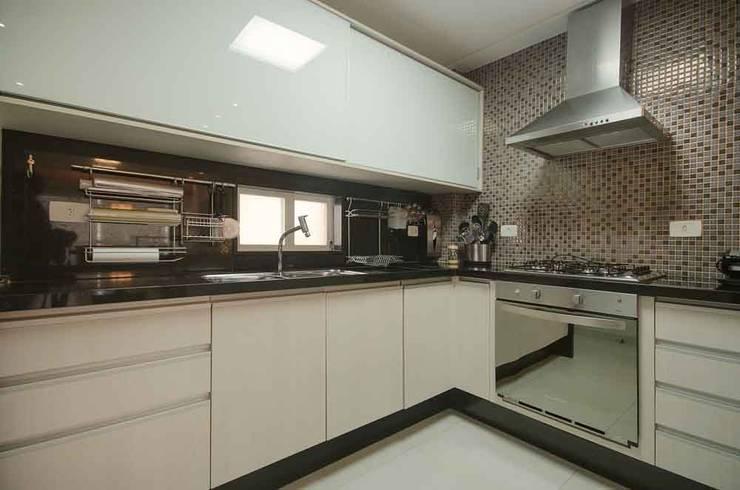 Cozinha Flat: Cozinhas  por arqMULTI,