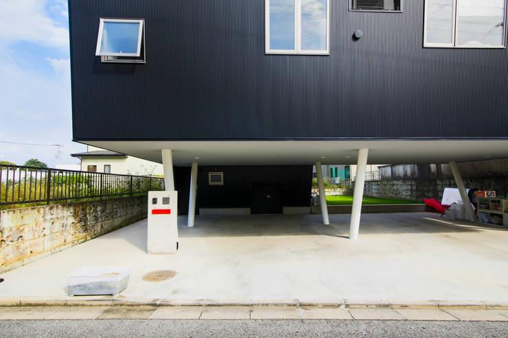 Corridor & hallway by インデコード design office, Modern Metal