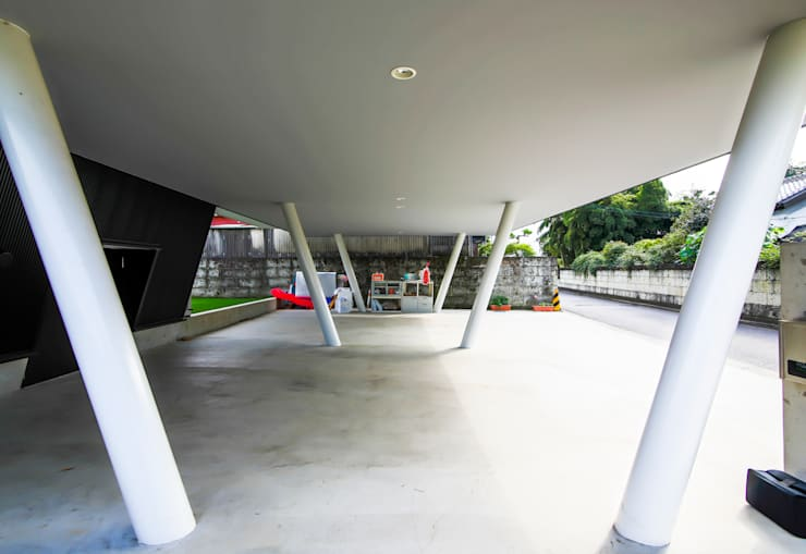 Garage/shed by インデコード design office, Modern Wood-Plastic Composite