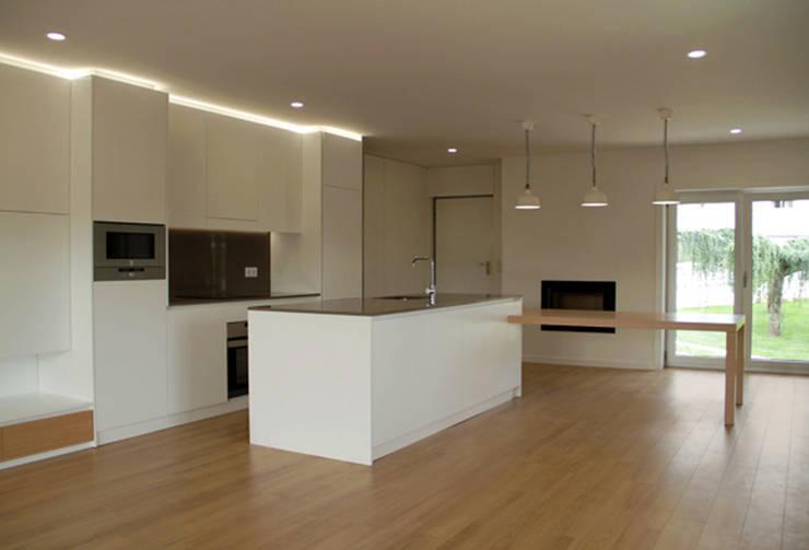 Apartamento em Trandeiras, Braga: Cozinhas  por ASVS Arquitectos Associados
