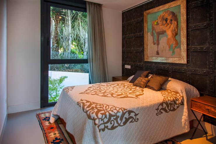 Mansión en el  campo con aire urbano : Dormitorios de estilo  de Belén Sueiro