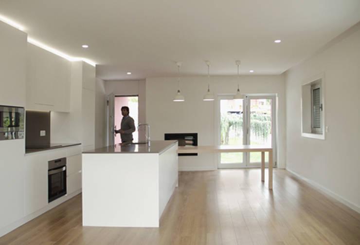 Apartamento em Trandeiras, Braga: Salas de jantar  por ASVS Arquitectos Associados