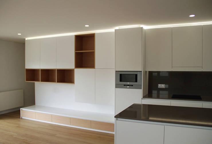 Apartamento em Trandeiras, Braga: Closets  por ASVS Arquitectos Associados
