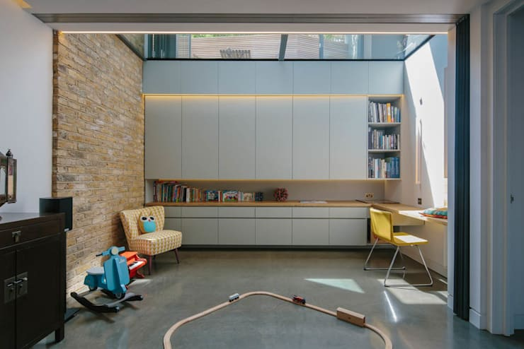 Brackenbury House: modern Media room by Neil Dusheiko Architects