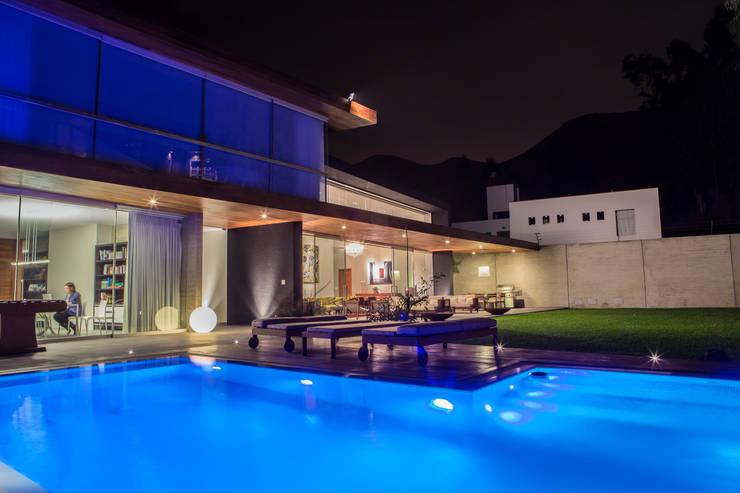 Albercas de estilo moderno por DLPS Arquitectos