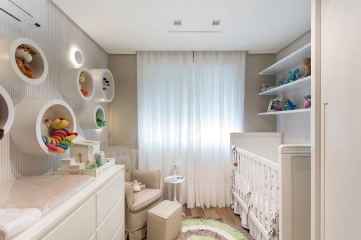 DORMITÓRIO BEBÊ 04: Quarto infantil  por Pura!Arquitetura