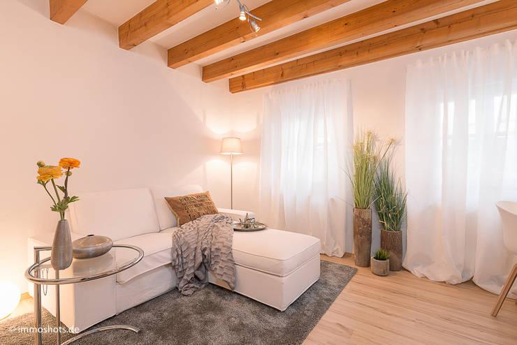 Wohnzimmer nach dem Home Staging:   von Immotionelles
