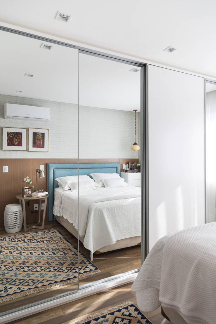 DORMITÓRIO DE CASAL 03: Quartos  por Pura!Arquitetura,Moderno Têxtil Ambar/dourado