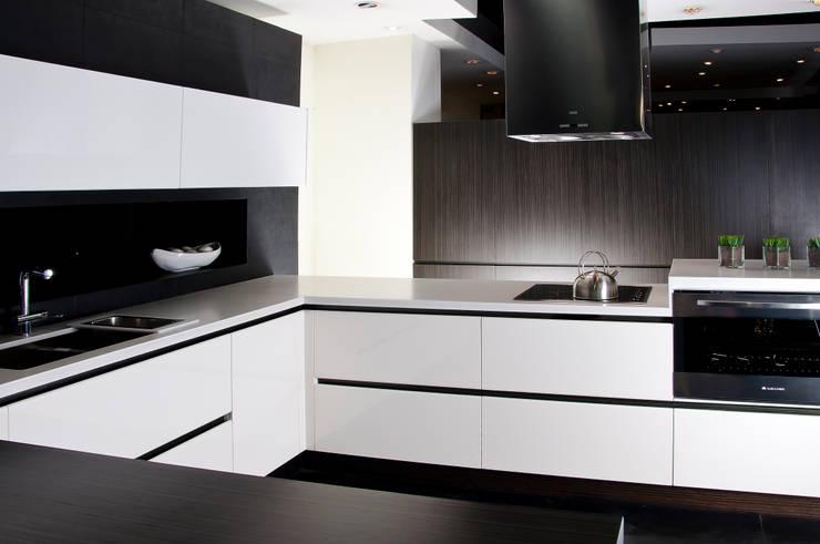 Modelo LUX: Cocinas de estilo minimalista por Domi Cocinas