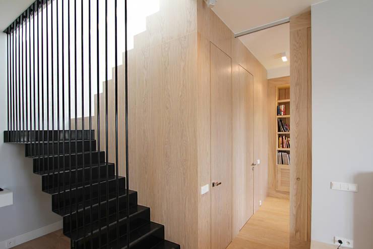 Mieszkanie dwopoziomowe Eko Park: styl , w kategorii Korytarz, przedpokój zaprojektowany przez Katarzyna Kraszewska Architektura Wnętrz