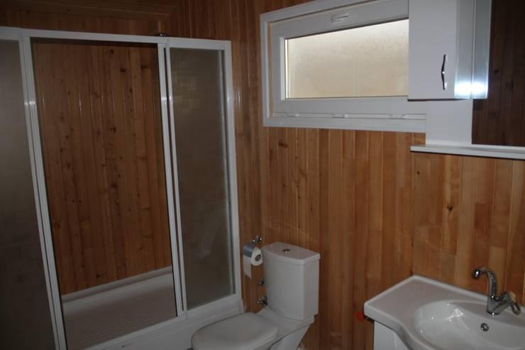 Kuloğlu Orman Ürünleri – Şömineli Ahşap Ev: kırsal tarz tarz Banyo