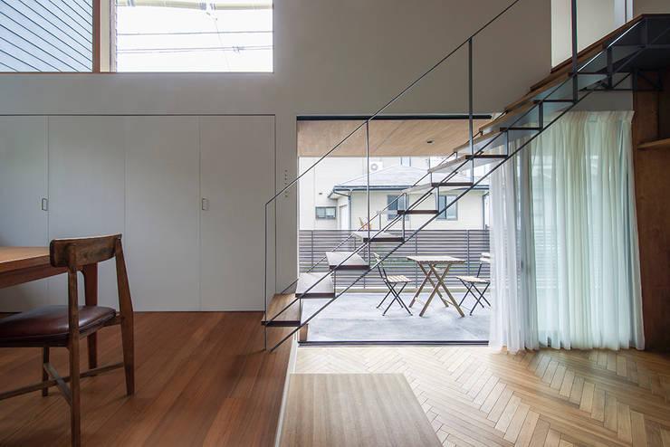和泉の家: nobuyoshi hayashiが手掛けた廊下 & 玄関です。