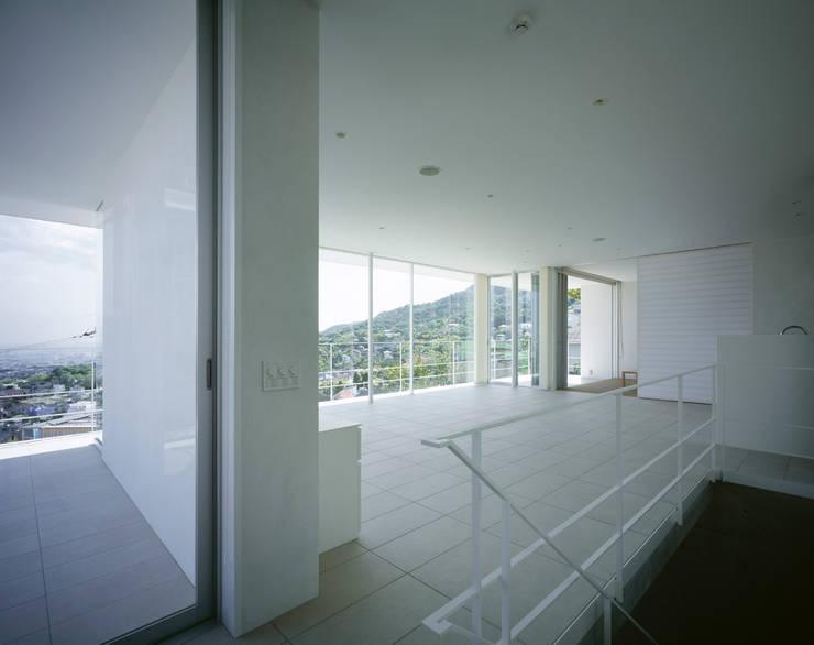 苦楽園二番町の家Ⅰ: 株式会社  小林恒建築研究所が手掛けたリビングです。,