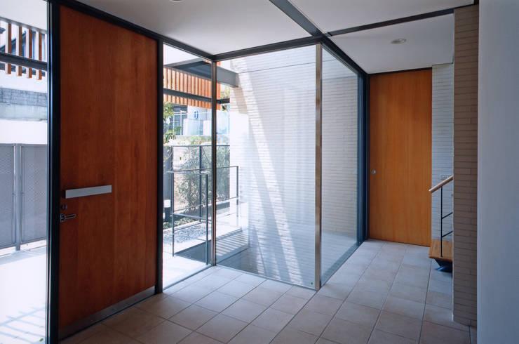 Corridor and hallway by 株式会社  小林恒建築研究所, Modern