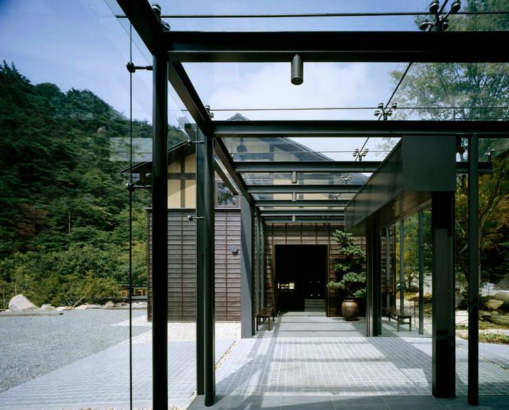 芦屋川むら玄: 株式会社  小林恒建築研究所が手掛けた廊下 & 玄関です。