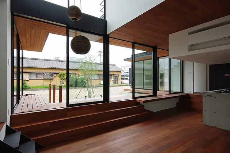 Salas de estar  por 空間建築-傳 一級建築士事務所
