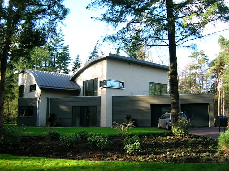 Bosvilla:  Huizen door ir. G. van der Veen Architect BNA, Modern