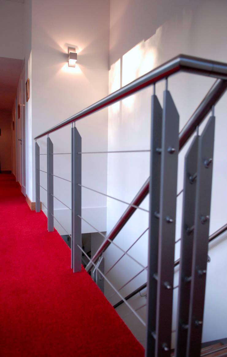 Bosvilla:  Gang en hal door ir. G. van der Veen Architect BNA, Modern