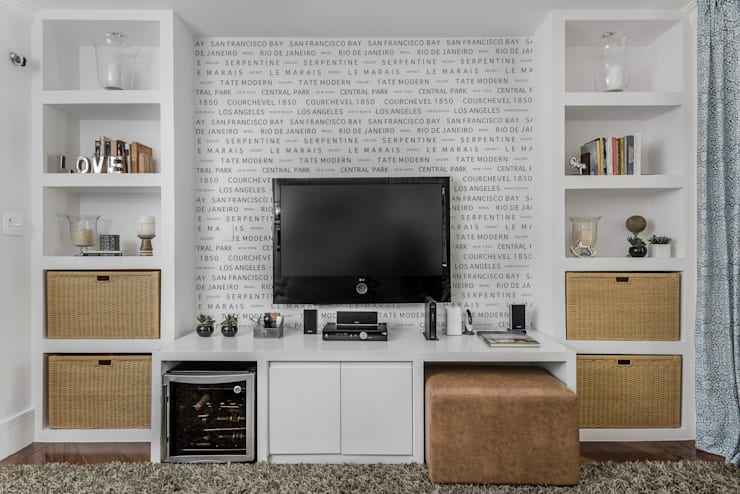 eclectic Media room by Alma em Design
