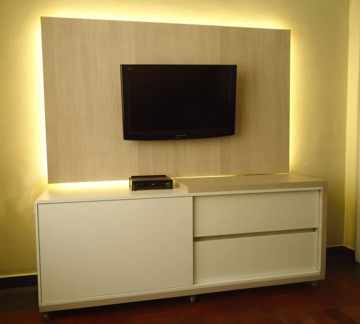 Sala de TV: Salas multimídia modernas por Camila Cortez