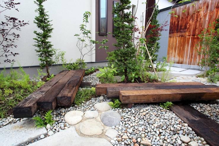Jardines de estilo ecléctico por 平山庭店