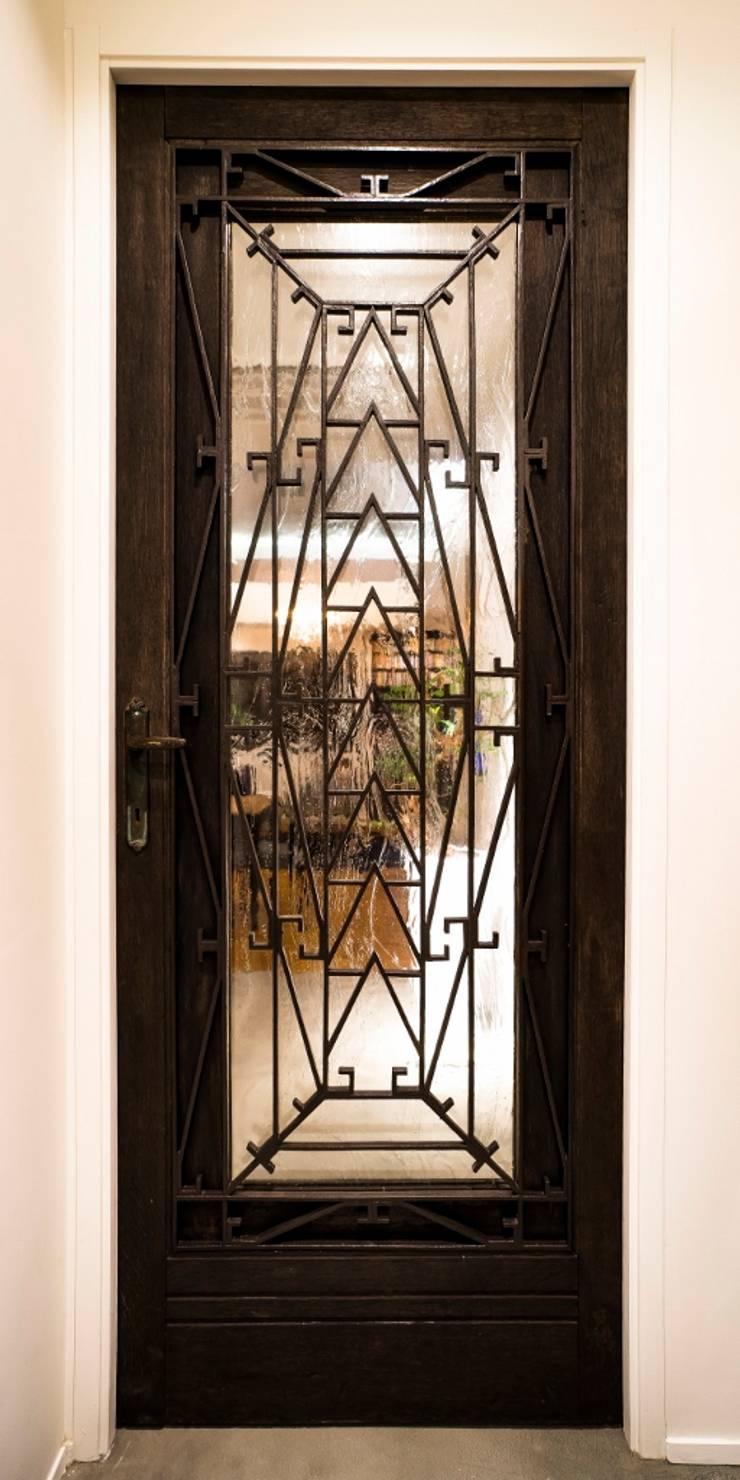 リビングアンティークドア: QUALIAが手掛けたリビングです。,