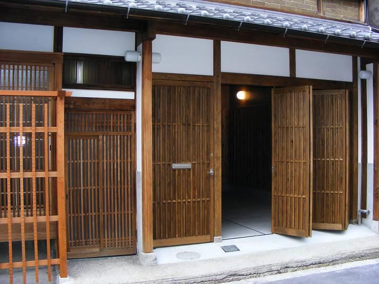 格子入り板戸の玄関戸: 有限会社種村建具木工所が手掛けた窓です。