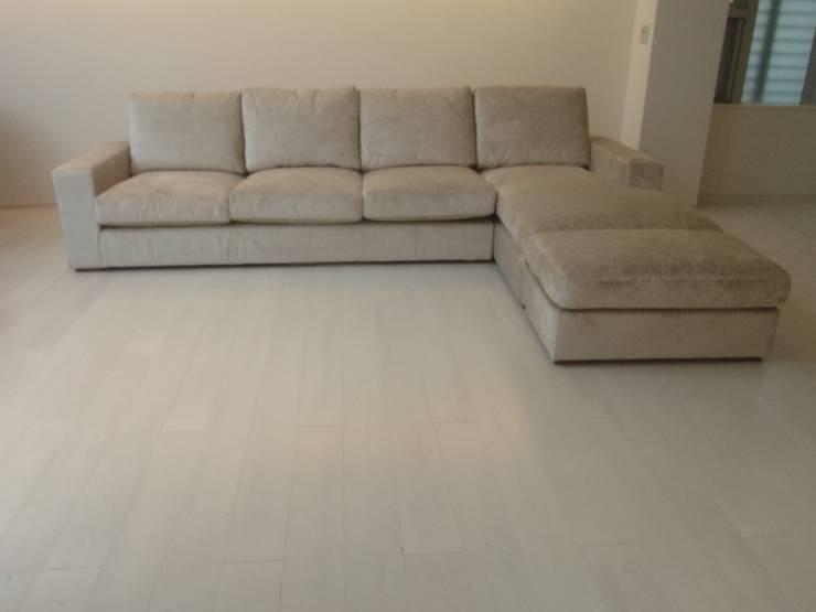 Nancy 4 seater+Couch+Ottoman: (株)工房スタンリーズが手掛けたリビングルームです。,