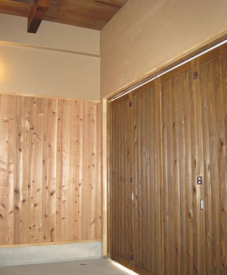 玄関戸の内部 駐車スペース: 有限会社種村建具木工所が手掛けた窓です。,