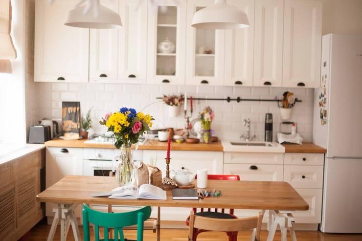 Дизайн квартиры в скандинавском стиле: Кухни в . Автор – Mebius Group