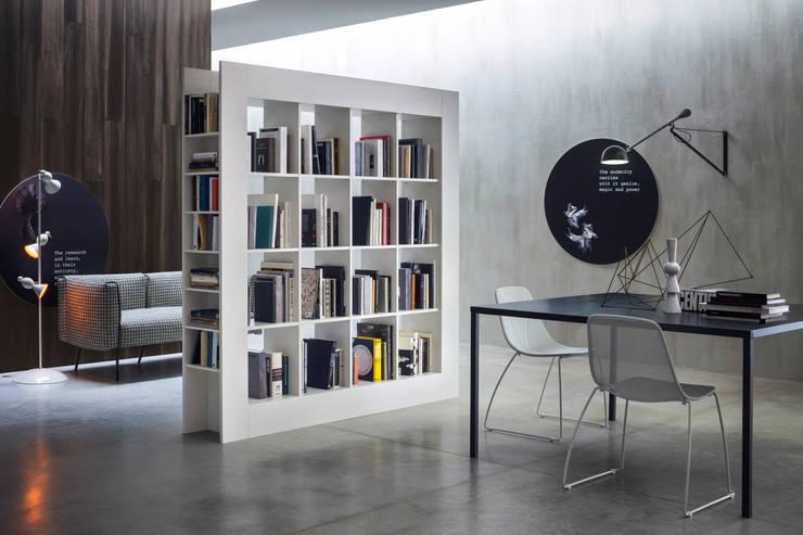 Freistehendes Bücherregal als Raumtrenner:  Wohnzimmer von Livarea